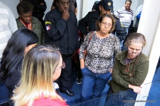 SEM ACORDO: Tentativa de negociação fracassa e mulher permanece acorrentada na Câmara Municipal