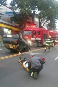 Vítima recebe os primeiros atendimentos na Estrada Kizaemon Takeuti. (Foto: Leitor Ivan Alves)