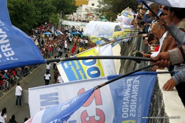 De alguns pontos, quase nem era possível ver o desfile cívico por causa das bandeiras.