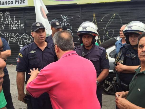 GCMs questionam volume do carro de som durante caminhada do candidato a prefeito Vicente Buscarini. (Foto: Reprodução)