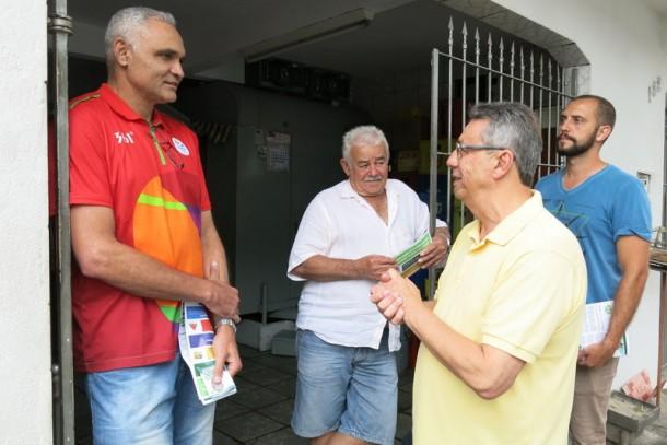 Buscarini conversa com eleitores durante caminhada. (Foto: Allan dos Reis)