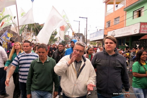Buscarini caminhou na Avenida Fernando Fernandes e conversou com eleitores.
