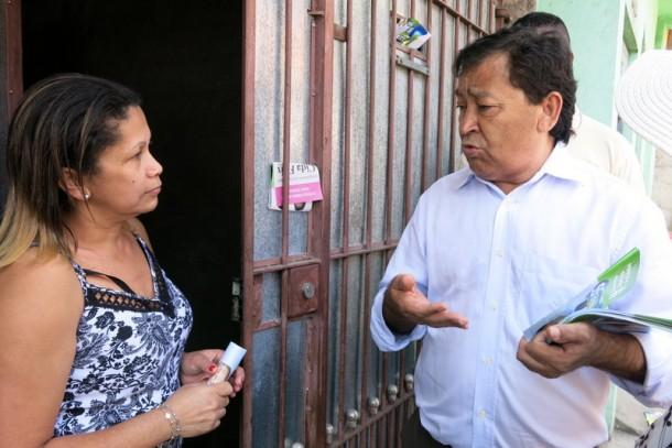 Aprígio conversa com moradora durante caminhada de sábado. (Foto: Allan dos Reis)