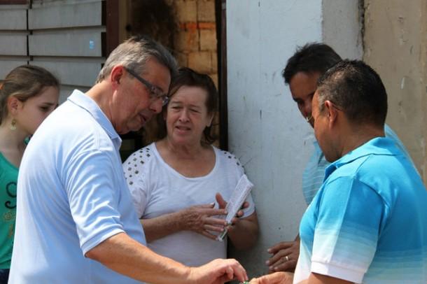 Buscarini faz corpo a corpo com eleitores (Foto: Eduardo Toledo)