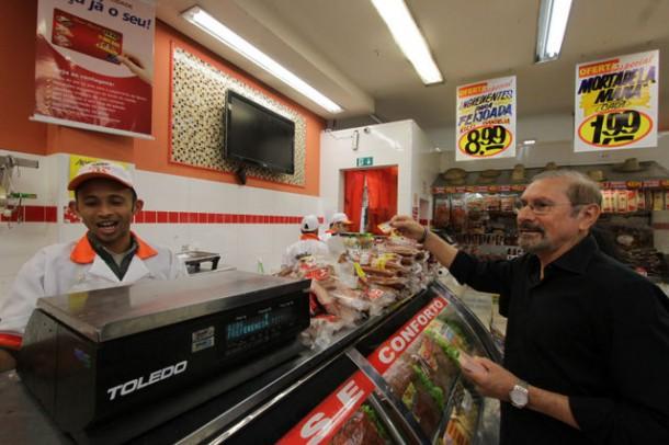 Evilásio Farias caminha pelo comércio do Pirajuçara. (Foto: Eduardo Toledo)