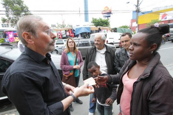 Evilásio conversa com eleitores e diz que sua votação não será zerada. (Foto: Eduardo Toledo)