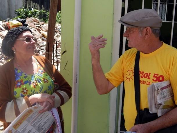 Stan aborda eleitores e apresenta propostas durante caminhada em Taboão. (Foto: Rose Santana)