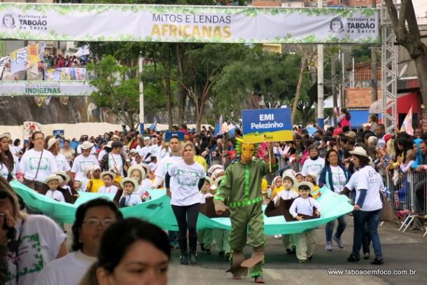 Desfile 7 de setembro fala sobre lendas e mitos de diversas partes do mundo.