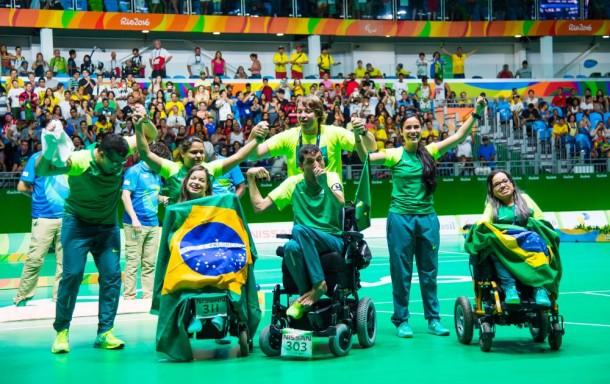Equipe paralímpica brasileira celebra ouro na bocha C3 adaptada. (Foto: Rio2016 / Alex Ferro)