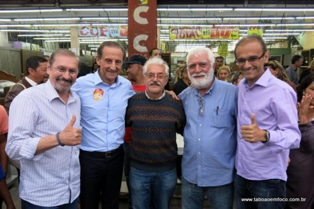 Skaf posa para foto com os candidatos a prefeito Evilásio e Ronaldo Dias, e os proprietários da loja de móveis CCP.
