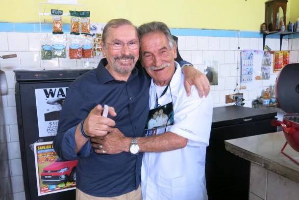 Eleitor exibe foto pendurada com Evilásio Farias na época em que foi prefeito de Taboão da Serra.