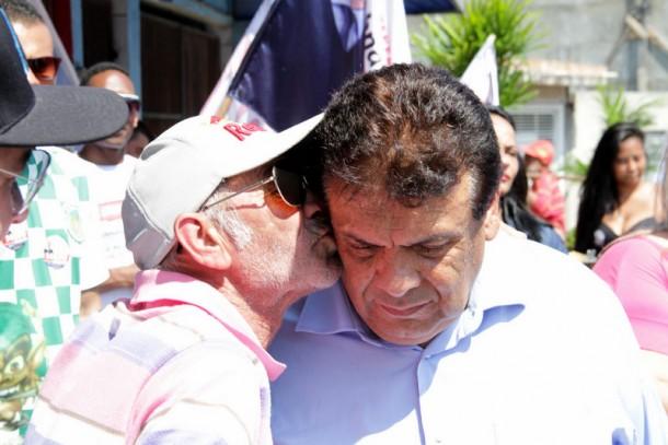 Eleitor retribui o carinho ao prefeito com um beijo. (Foto: Eduardo Toledo)
