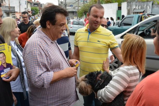 Fernando conversa com eleitora durante caminhada.