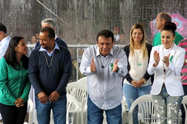 Candidato a reeleição, Fernando acompanhou o desfile ao lado da esposa Analice Fernandes.
