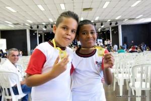 Amigos de escola, Andrei e João mostram com orgulho a medalha.