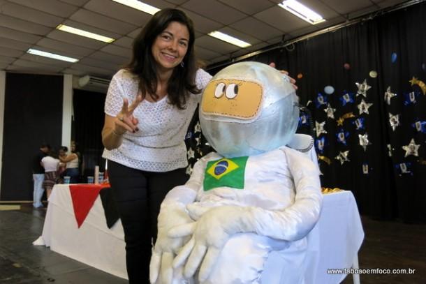 Diretora Elisangela Ximenes celebra conquistas durante as Olimpíadas Brasileira de Astronomia.