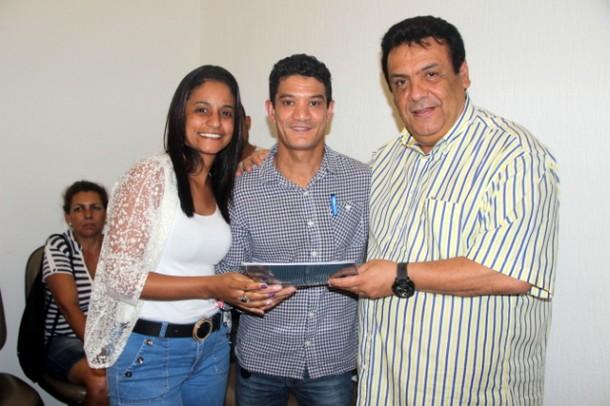 Fernando Fernandes entregou mais 23 escrituras definitivas a moradores do Comunitário, CSU e Nova Esperança. (Foto: Divulgação / PMTS)