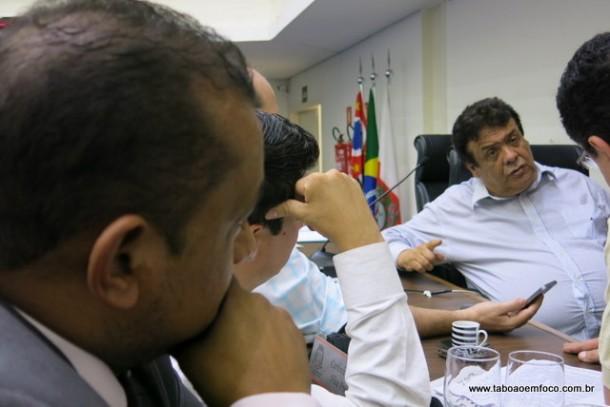Vereadores assistiram atentamente a entrevista do prefeito reeleito Fernando Fernandes.
