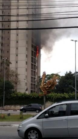Incêndio atinge prédio residencial na divisa entre São Paulo e Taboão da Serra. (Foto: Claunir Lins)