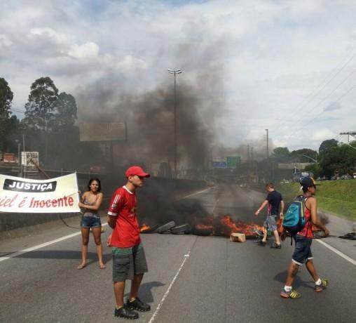 Protesto é contra a prisão do homem acusado de ser o 'Maníaco do i30' em Taboão da Serra. (Foto: Reprodução / @radiotransitofm)