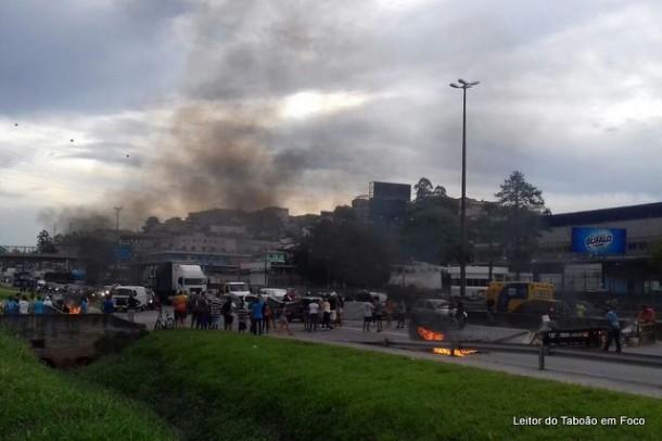 Nova manifestação bloqueia a Rodovia Régis Bittencourt entre Embu das Artes e Taboão da Serra.