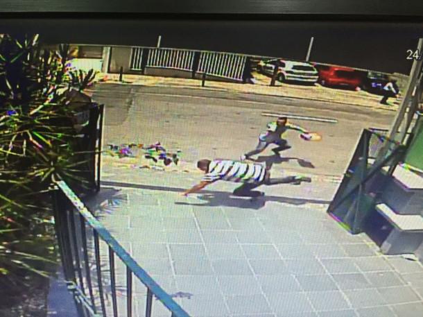 Bandido atira em policial durante assalto no Centro de Taboão da Serra. (Reprodução)
