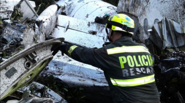 Destroços do avião que transportava a delegação da equipe da Chapecoense. (Foto: Policiantioqui)
