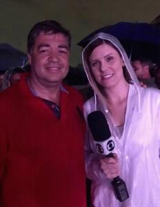 Amaral Alves dá entrevista durante encenação deste ano embaixo de chuva. (Foto: Reprodução)