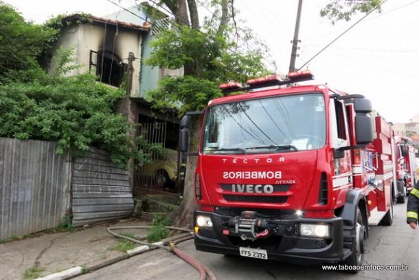Incêndio atinge quarto de imóvel na Rua das Margaridas no Jardim Pazzine.