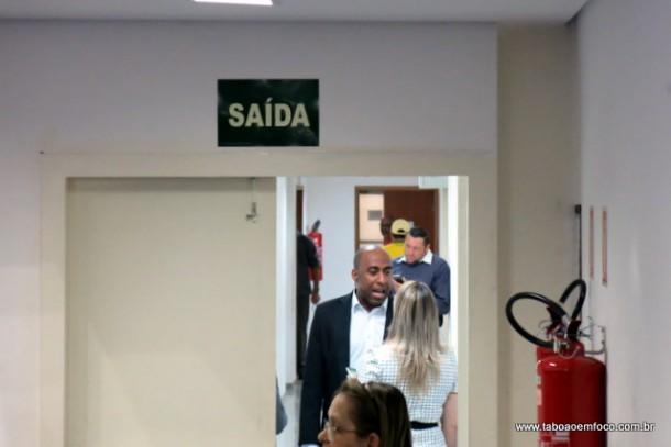 Nos corredores, vereadores Eduardo Lopes e Luzia Aprígio discutem de forma ríspida.