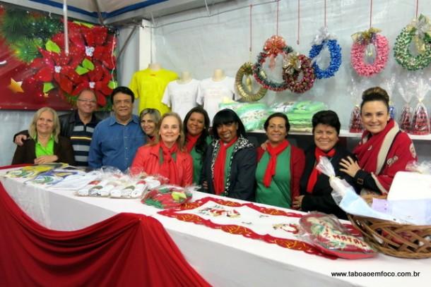 As pessoas que visitam a Praça também podem colaborar adquirindo produtos e alimentos na tenda do Fundo Social.