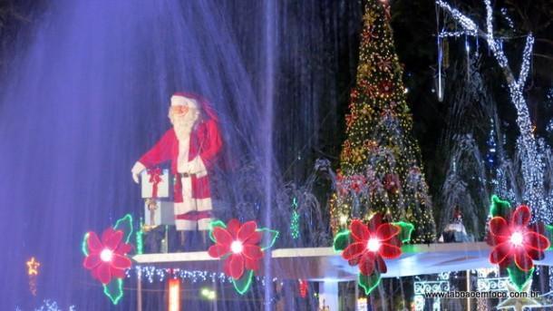 Decoração de Natal na Praça Nicola Vivilechio começa a ser montada em Taboão da Serra (Foto: Arquivo).
