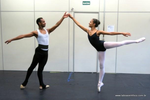 ProfessorThiago Abrazy e a aluna Giovanna durante ensaio.