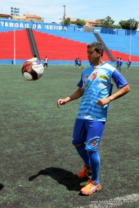 Adriano Gabiru vai conhecer o estádio que vai atuar e faz 'embaixadinhas'