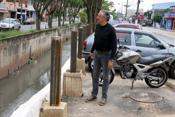 Egydio elogia governo por iniciar a colocar gradil  em trecho do Córrego João Cachoeira. (Foto: Divulgação)