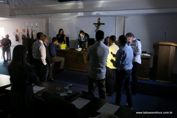 Na hora de votar as contas da Prefeitura de Taboão da Serra de 2013, houve queda de energia e a votação foi nominal e no escuro.