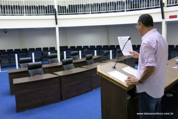 Relator da CPI, Marco Porta faz a leitura do relatório final sem a presença de nenhum vereador.