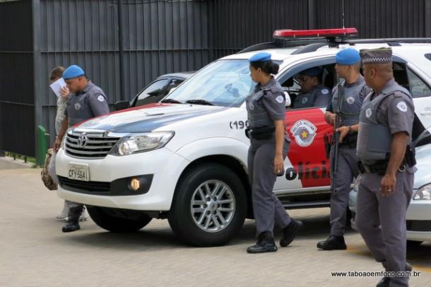Policiais chegam com mais um preso no Fórum de Embu das Artes.