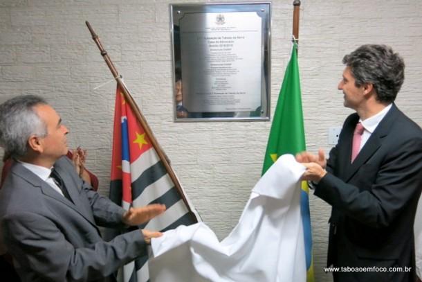 Presidente da OAB Taboão, Moacir Tertulino, e o tesoureiro da OAB São Paulo, Ricardo Toledo Santos Filho, durante descerramento de placa na Casa do Advogado.