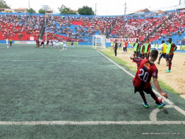 Escanteio que culminou com o gol da virada do Taboão da Serra contra o Luverdense.
