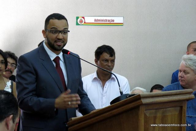 Após ser eleito presidente da Câmara de Embu das Arles, Hugo Prado assume interinamente a Prefeitura Municipal.