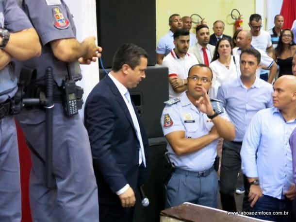 PM é 'convidada' a se retirar do Cemur pelo vereador Eduardo Nóbrega.