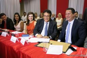 Fernando Fernandes assumi termo de posse e vai cumprir mais quatro anos de mandato.