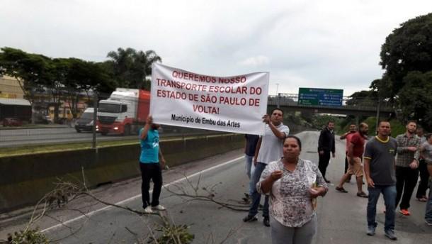 Protesto na Régis Bittencourt é pela volta do transporte escolar, responsabilidade do Governo do Estado.