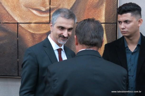 Delegado conversa com vice Dr. Peter durante cerimônia de posse.