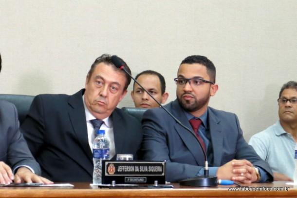 O atual prefeito interino Dr. Peter e o ex-interino Hugo Prado durante a posse.