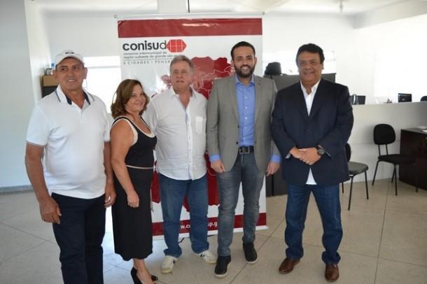 Participaram da reunião os prefeitos de Juquitiba (Ayres Scorsatto-PR), de Embu-Guaçu (Maria Lucia-PSB), de Itapecerica da Serra (Jorge Costa-PTB), de Embu das Artes (Ney Santos-PRB) e de Taboão da Serra (Fernando Fernandes-PSDB). (Foto: Divulgação / PMETEA)