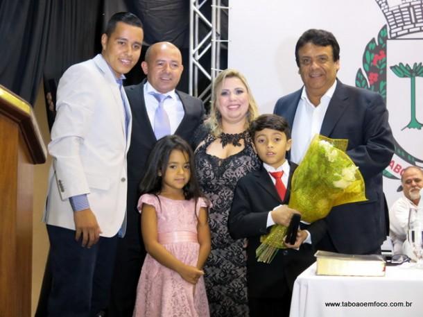 Johnatan Noventa, ao lado do prefeito Fernando, homenageiam Paulo Pinheiro, o Baia, e Eliana Aparecida de Souza Araújo.