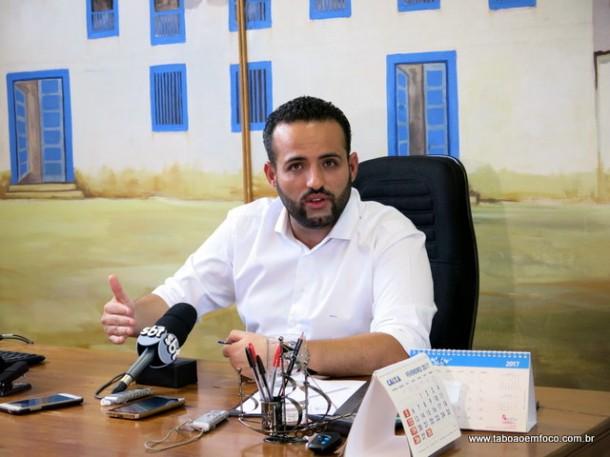 Ney Santos durante coletiva de imprensa em seu gabinete na Prefeitura.