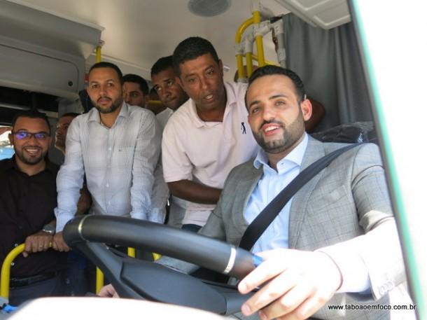Habilitado? Ney Santos conduziu um dos ônibus da Câmara até o Parque do Rizzo.